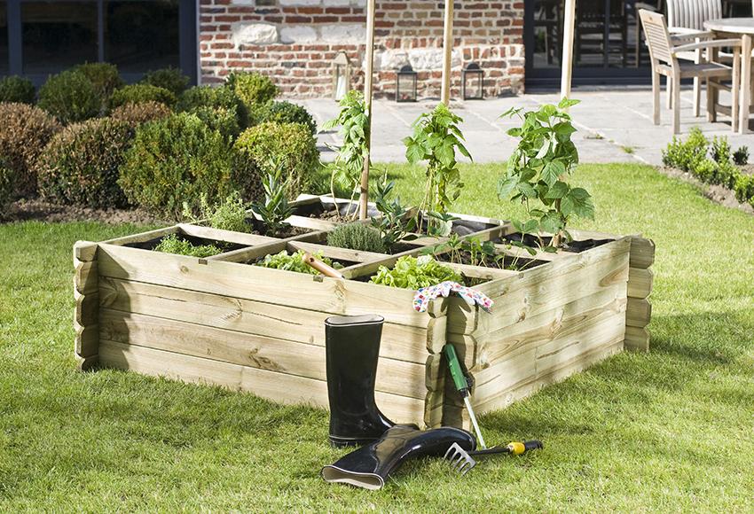 Cajón de cultivo situado en un jardín